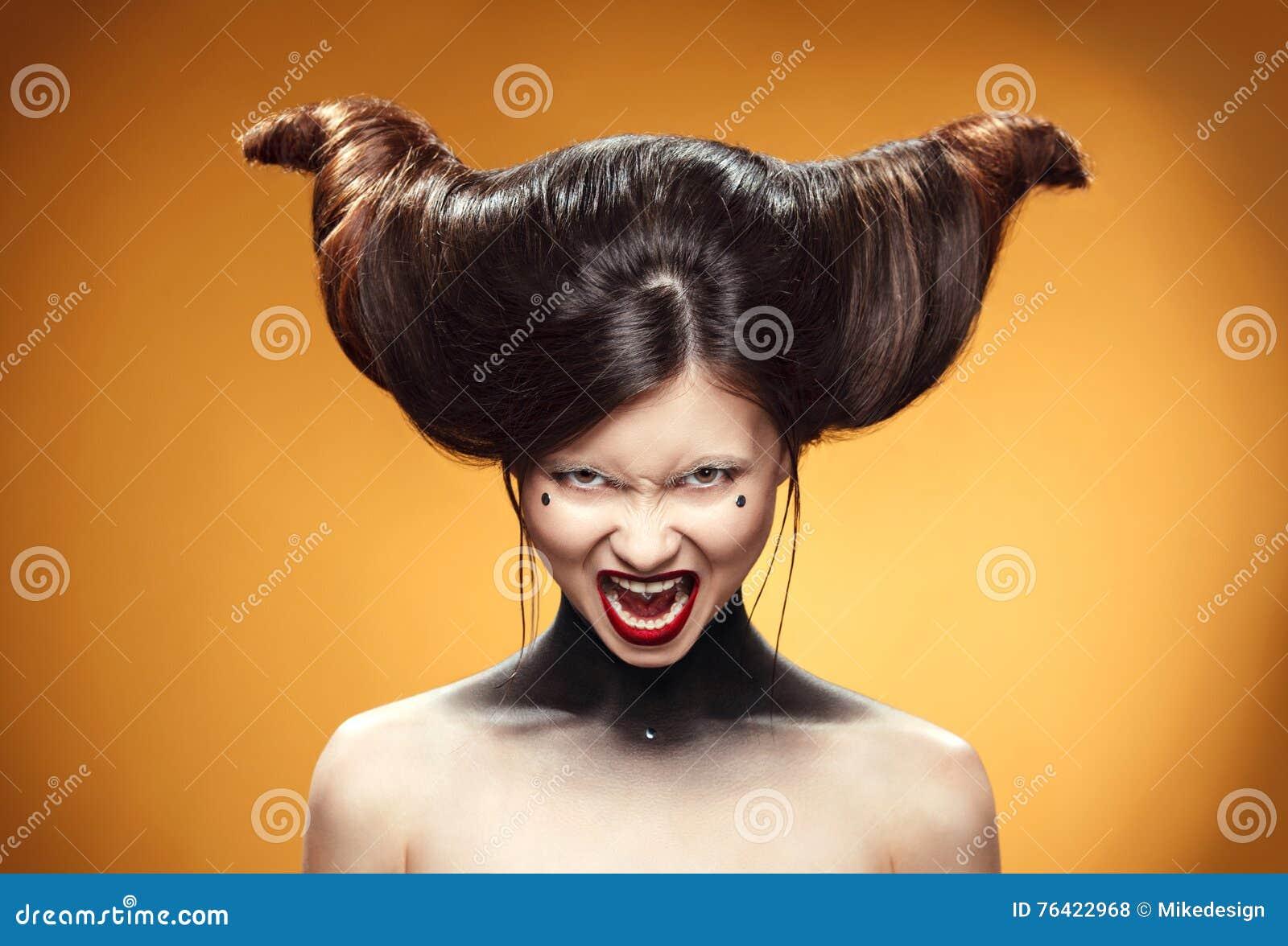 Schones Madchen Mit Erstaunlicher Frisur Anzeigendruck Fur Friseure