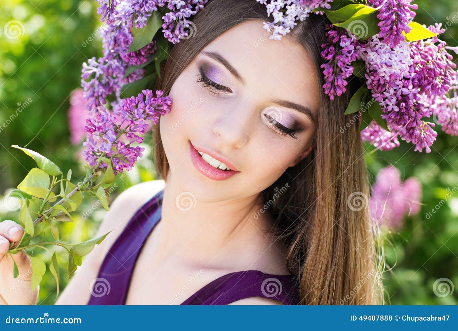 Download Schönes Mädchen Mit Kranz Von Lila Blumen Stockfoto - Bild von attraktiv, kaukasisch: 49407888