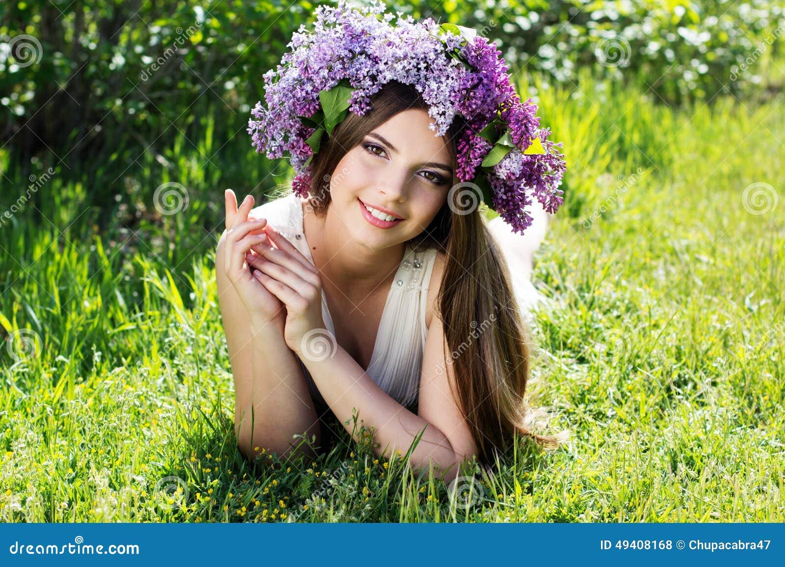 Download Schönes Mädchen Mit Kranz Von Lila Blumen Stockfoto - Bild von obacht, mädchen: 49408168