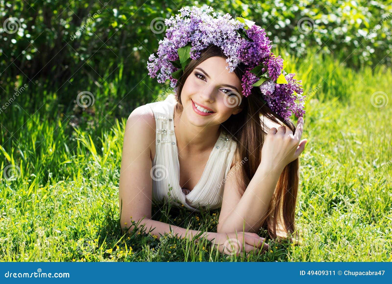Download Schönes Mädchen Mit Kranz Von Lila Blumen Stockbild - Bild von mädchen, nett: 49409311