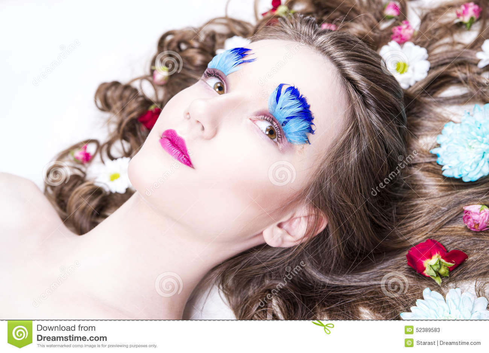 Schones Madchen Mit Kreativem Make Up Und Frisur Mit Blumen