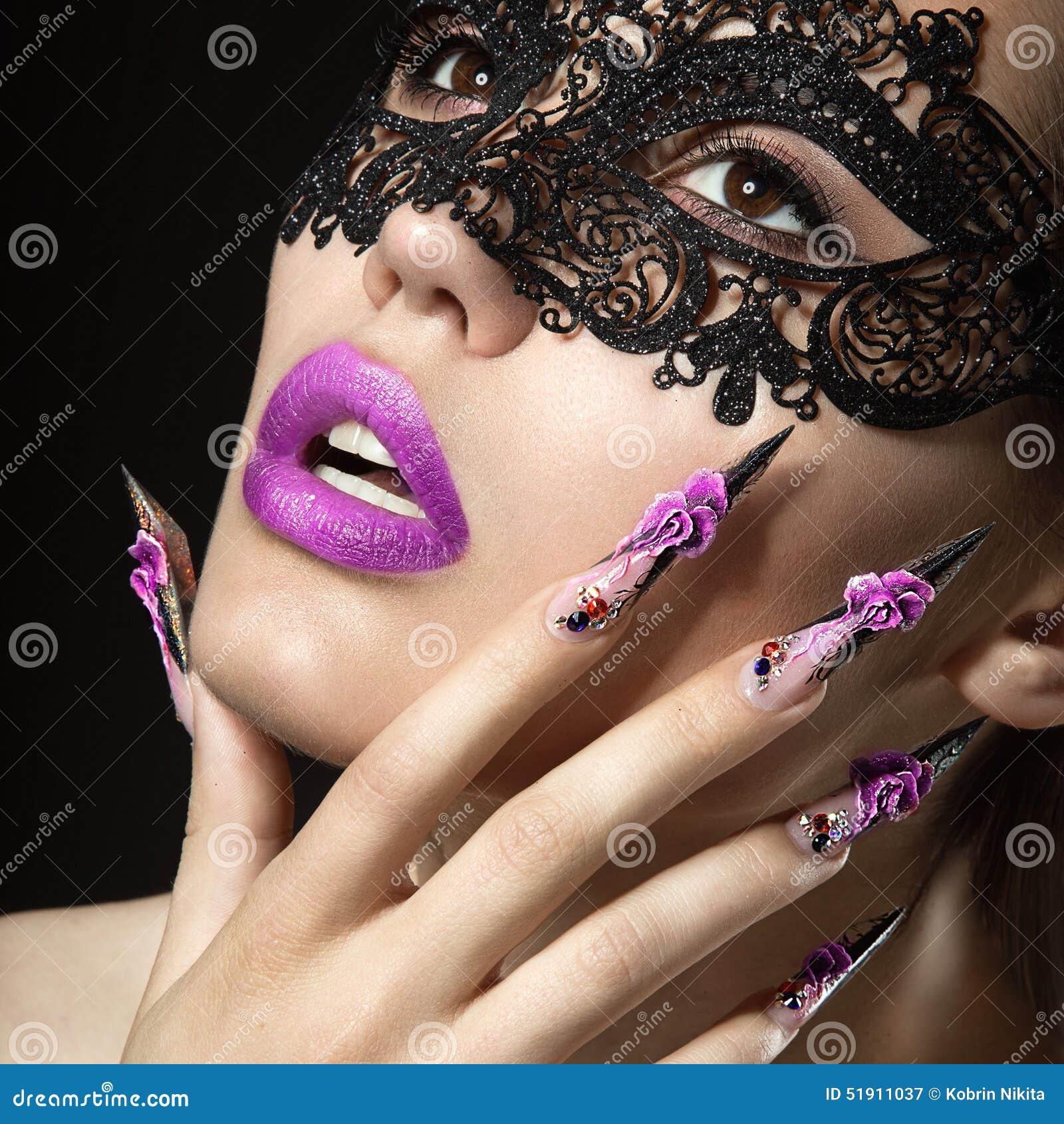 Schönes Mädchen mit langen Nägeln und den sinnlichen Lippen Schönes lächelndes Mädchen
