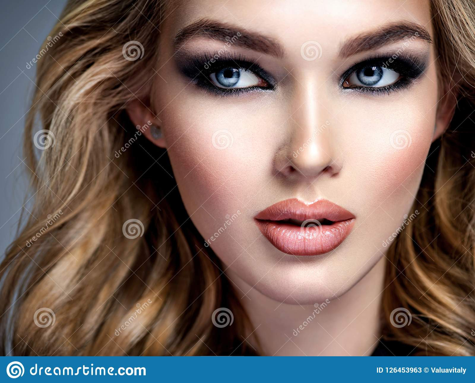 Schönes Mädchen mit Make-up im rauchigen Auge der Art
