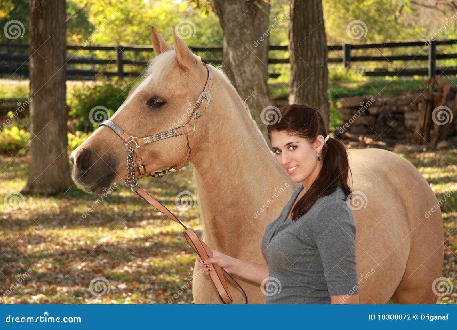 Sch nes m dchen mit palomino pferd stockfotografie bild