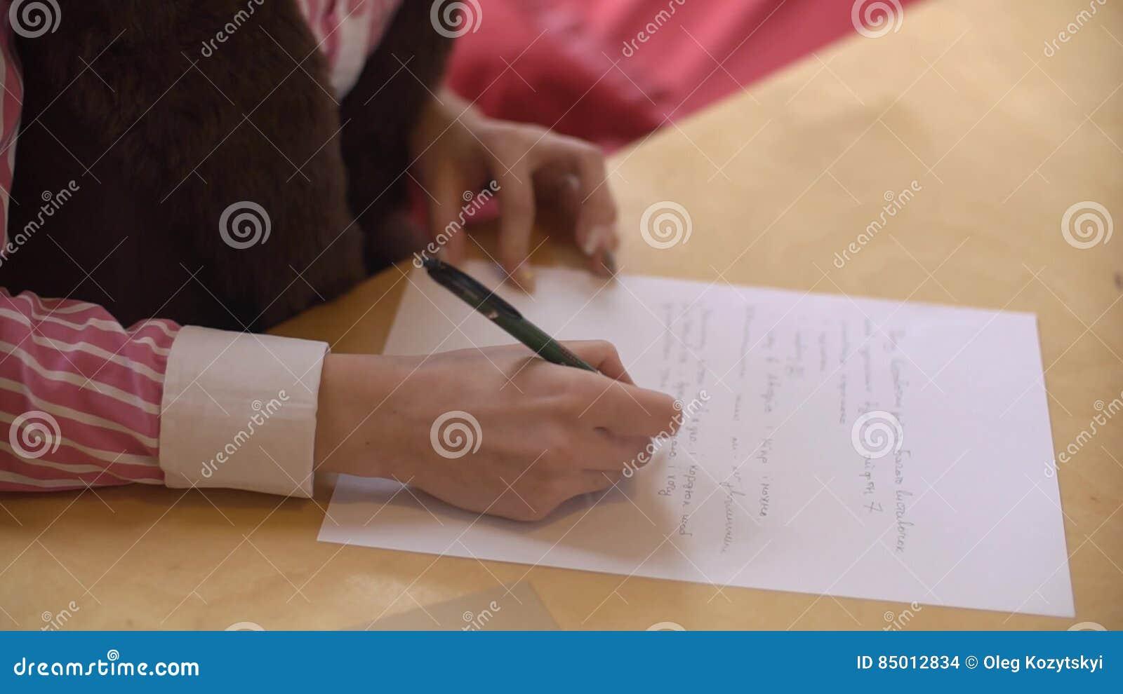Schönes Mädchen Schreiben Dem Freund Am Tisch Nahaufnahme Brief
