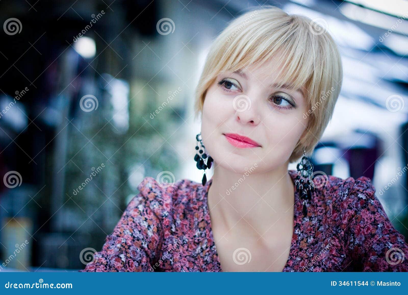 Schönes Mädchen sitzt in einem Café