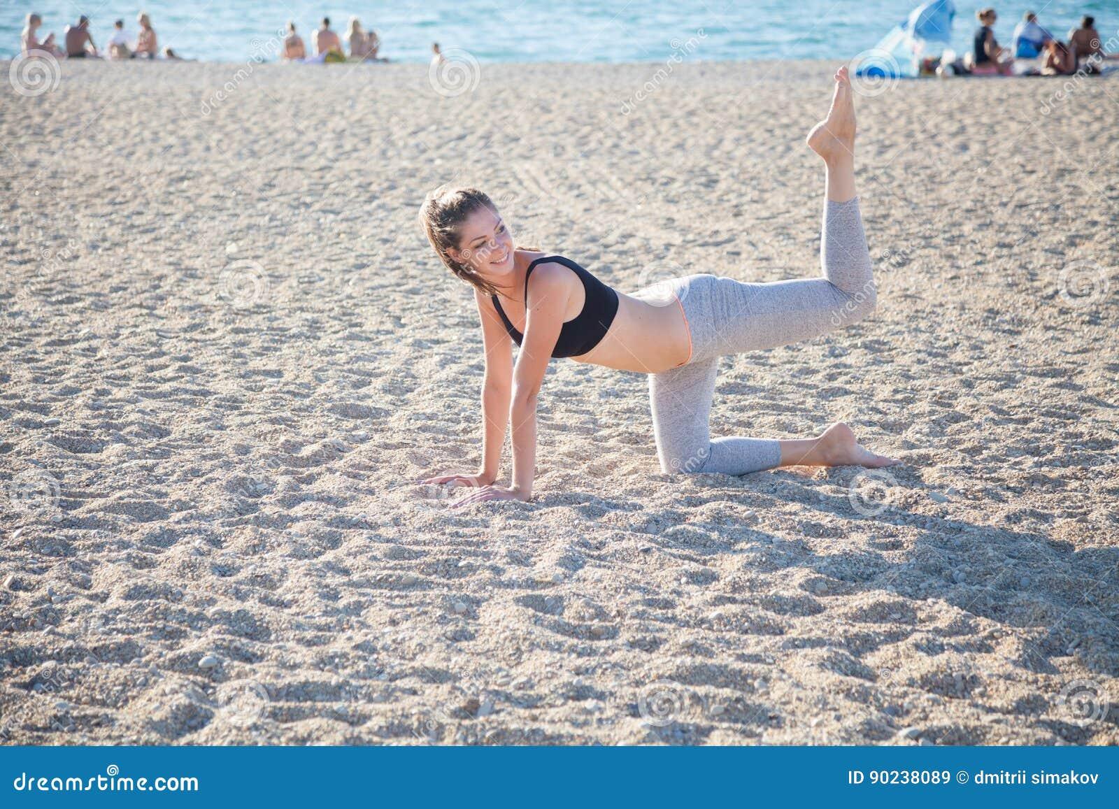 Schönes Mädchen teilgenommen an Eignung Yoga