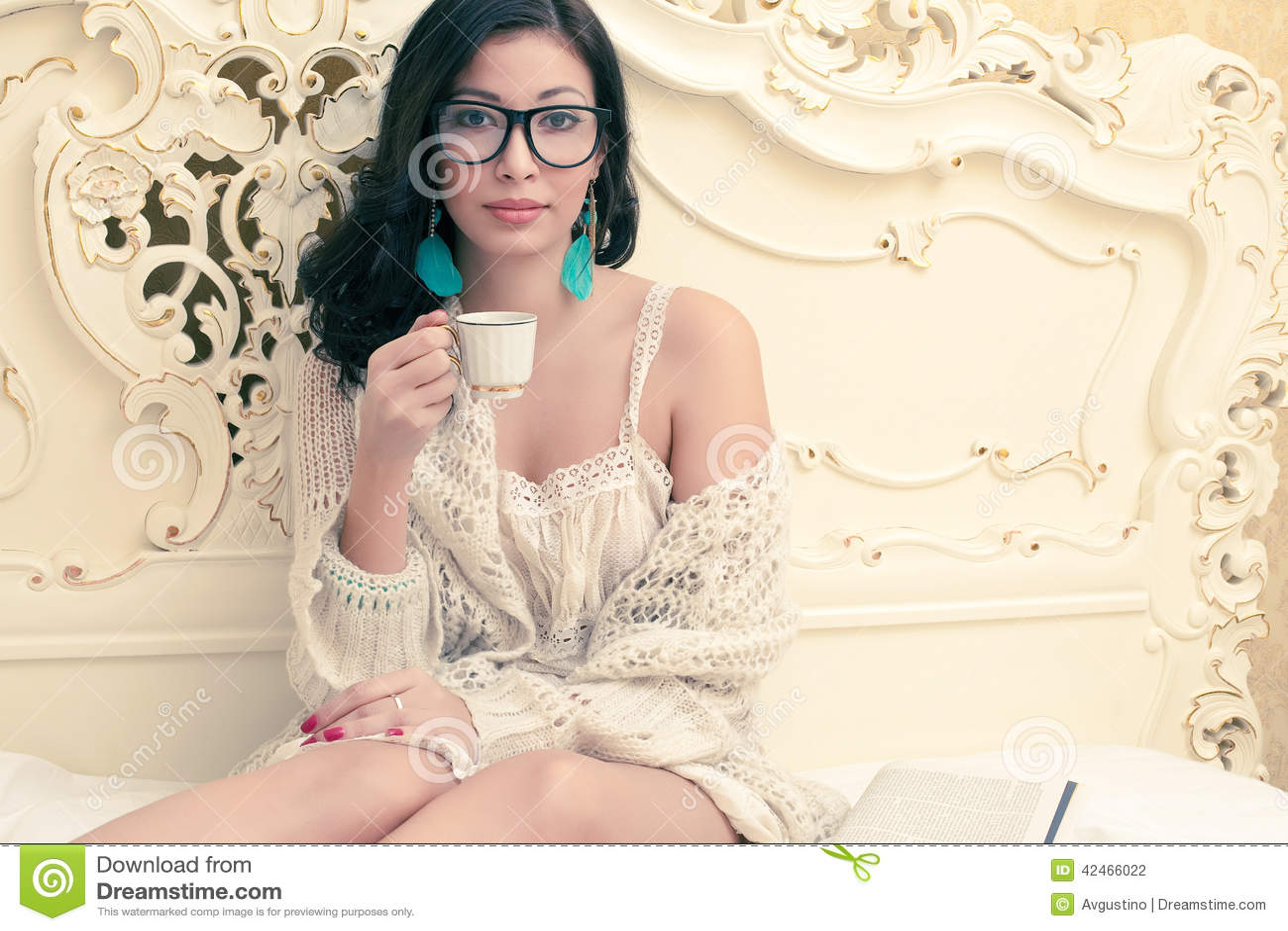 Schönes Mädchen in trinkendem Kaffee des modischen Eyewear