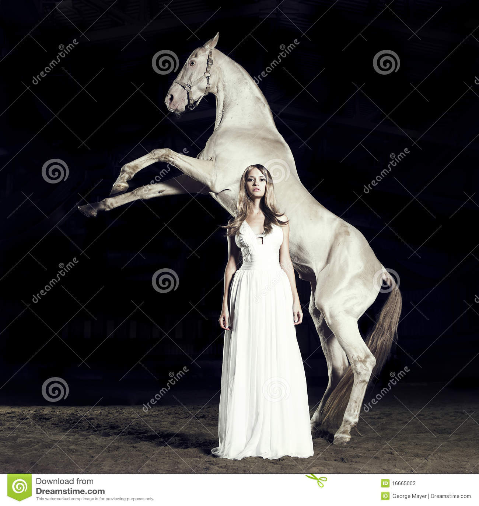 Schönes Mädchen und Pferd