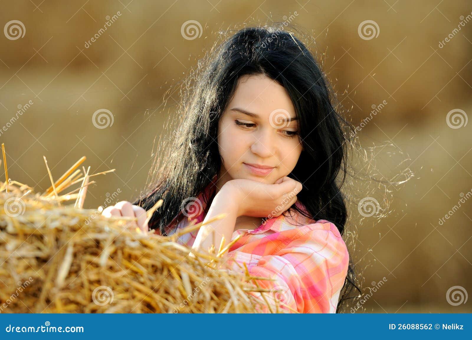 Schönes Mädchen, welches die Natur genießt
