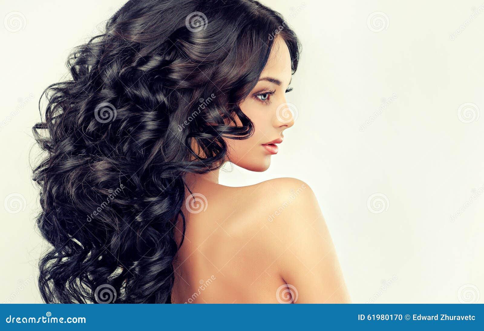 Schönes Mädchenmodell mit dem langen schwarzen Kraushaar