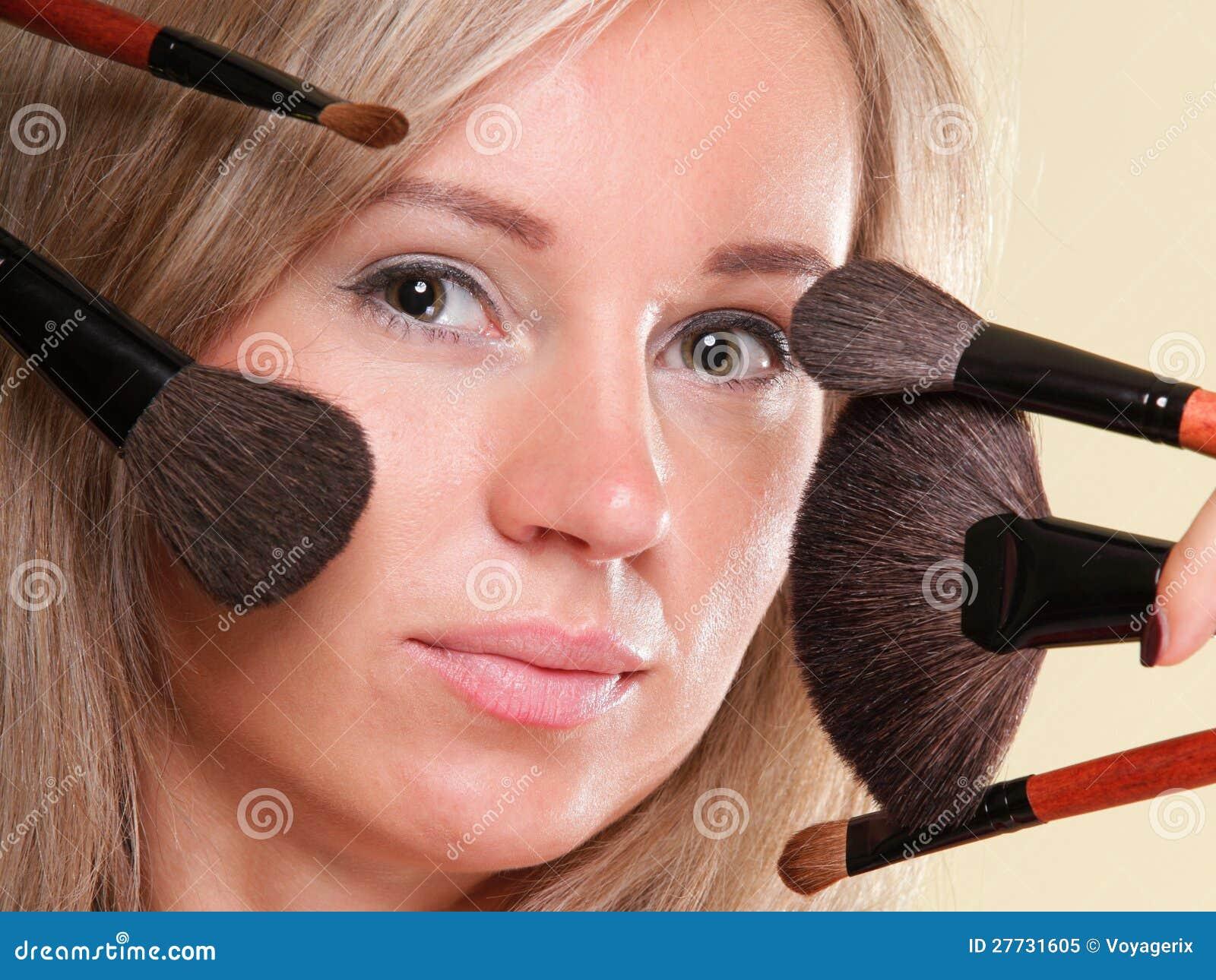 Schönes Make-uppinselgelb der jungen Frau