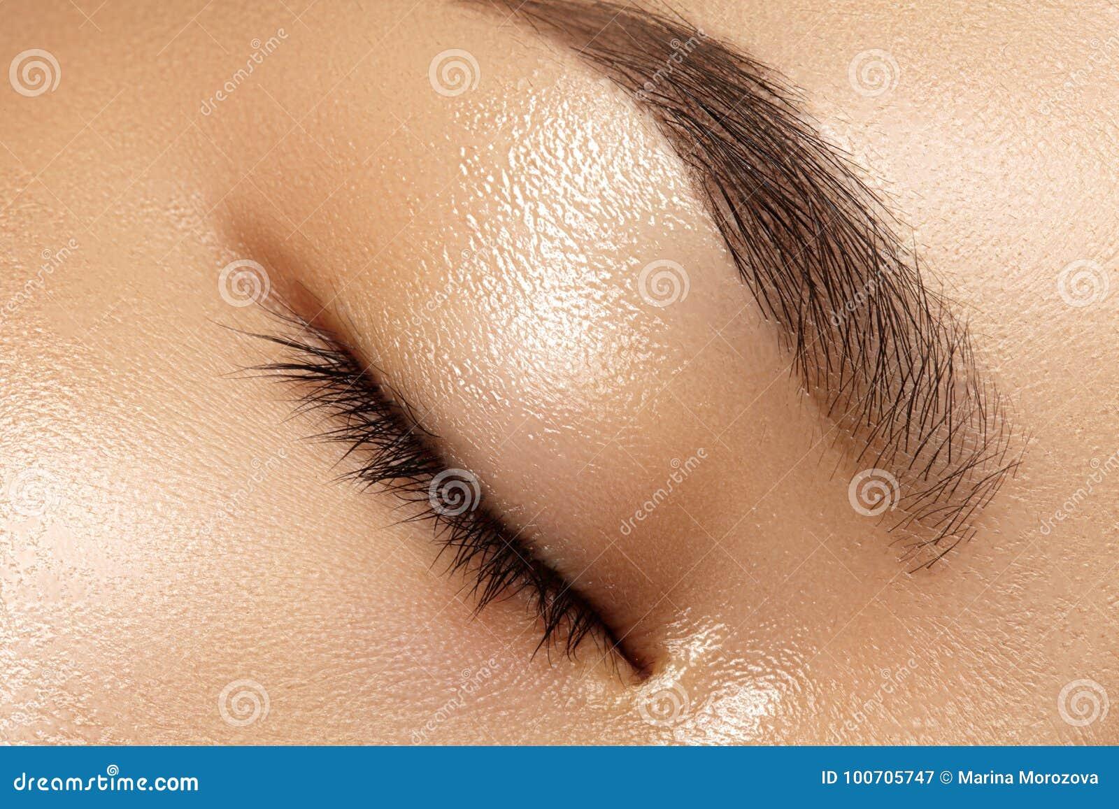 Schönes Makro des weiblichen Auges mit sauberem Make-up Perfekte Formaugenbrauen Kosmetik und Verfassung Sorgfalt über Augen