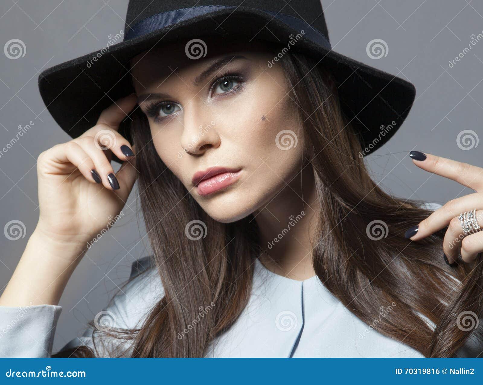 Schönes Modell In Einem Hut Mit Schönem Make Up Und Blauem Kleid