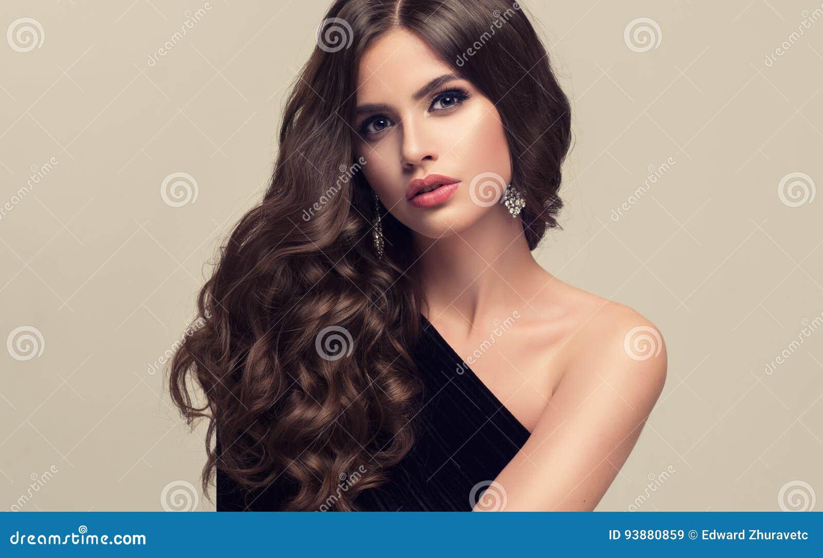 Schönes Modell Mit Lang Dichter Und Gelockter Frisur Stockbild