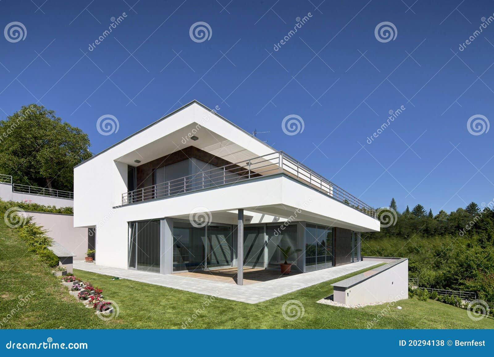 Schönes modernes Haus stockfoto. Bild von balkon, weit - 20294138