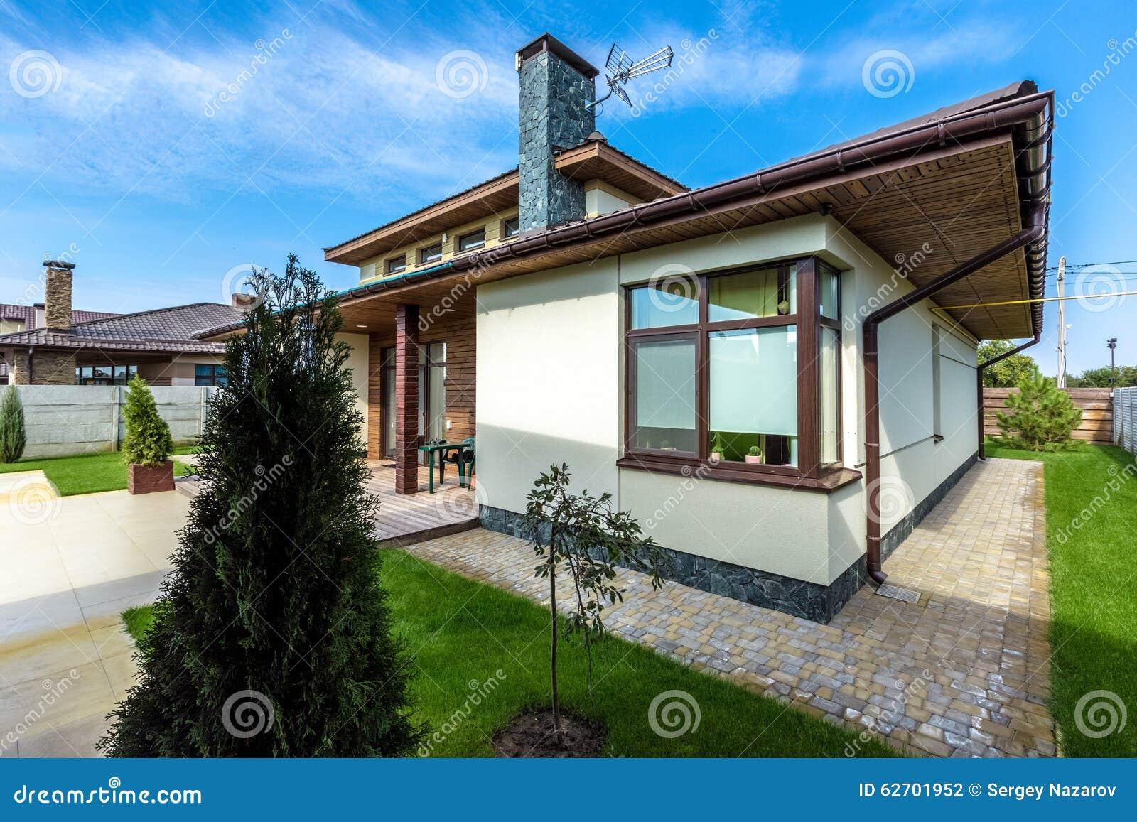 Download Schönes Modernes Haus Im Zement, Ansicht Vom Garten Stockfoto    Bild Von Modern,