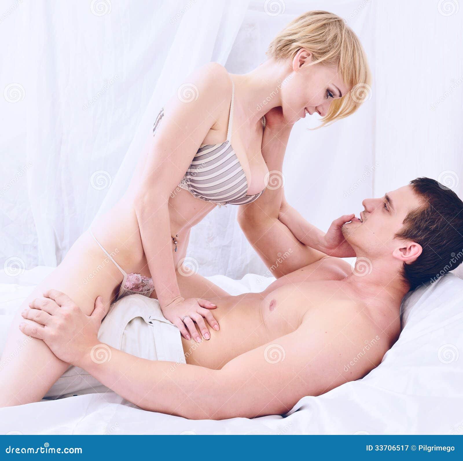 Junges Paar Macht Liebe Gleich Nach Dem Aufwachen