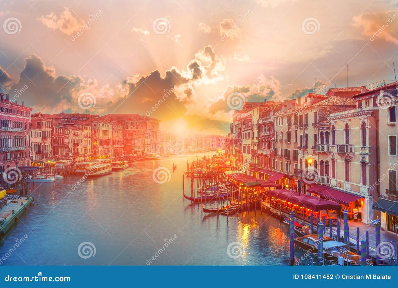 Schönes Panorama über Venedig-Kanal bei Sonnenuntergang