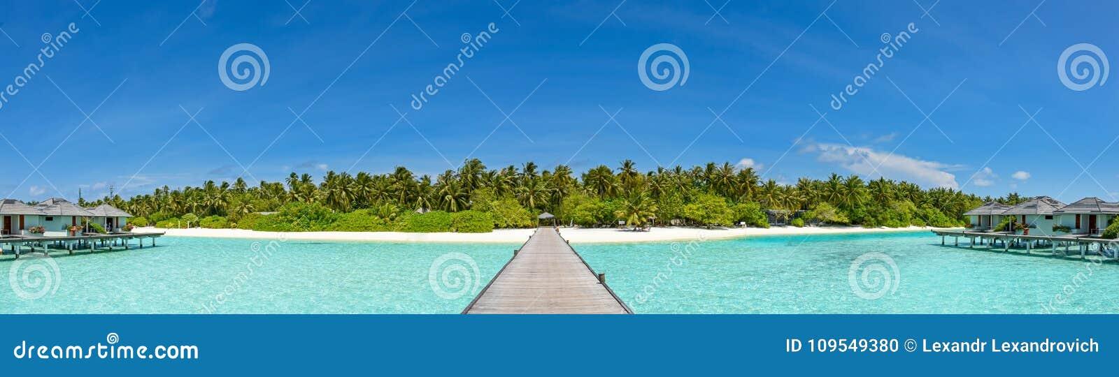 Schönes Panorama des Tropeninselerholungsortes bei Malediven