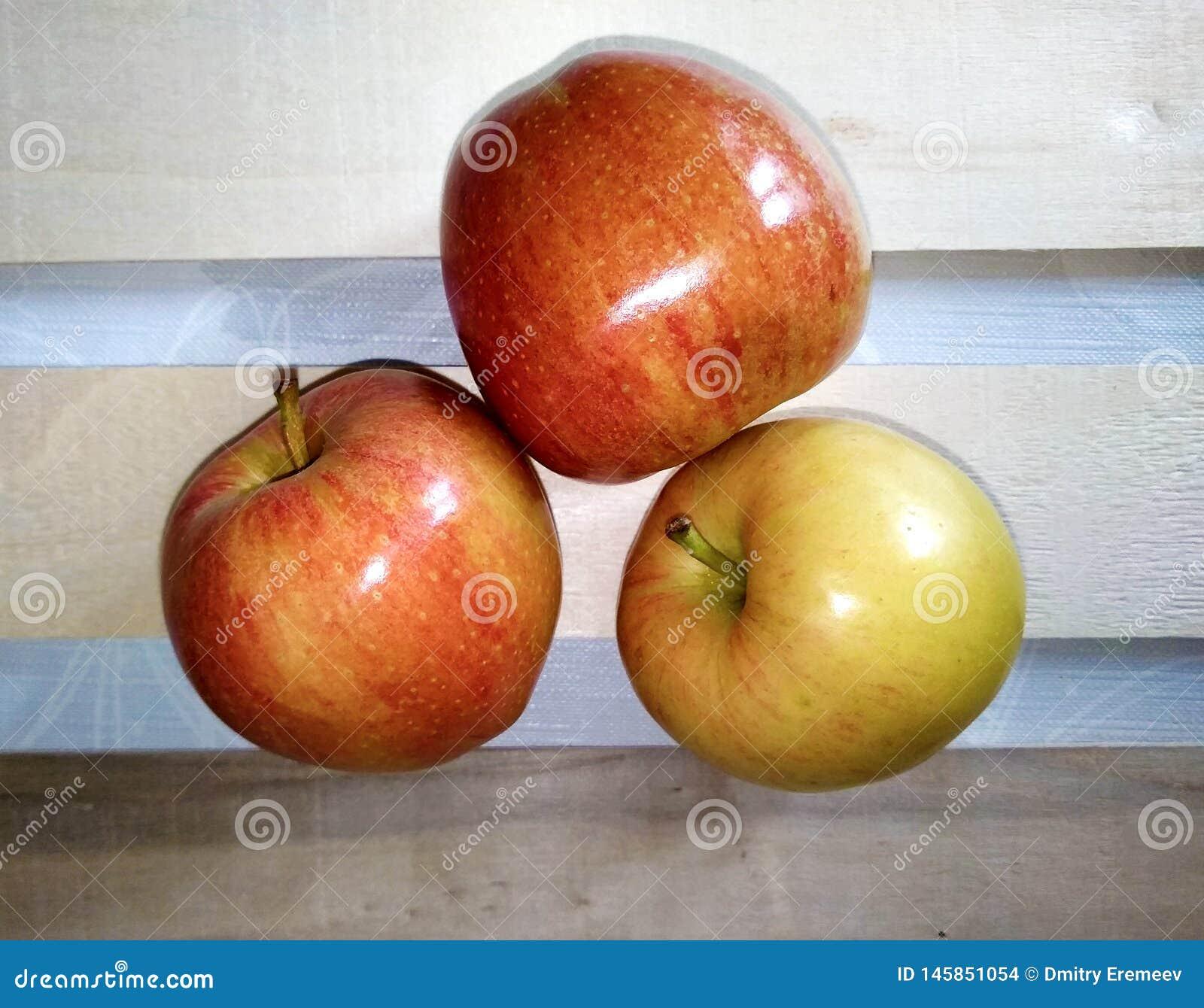 Schönes reifes roter-Delicious der Äpfel auf dem Tisch