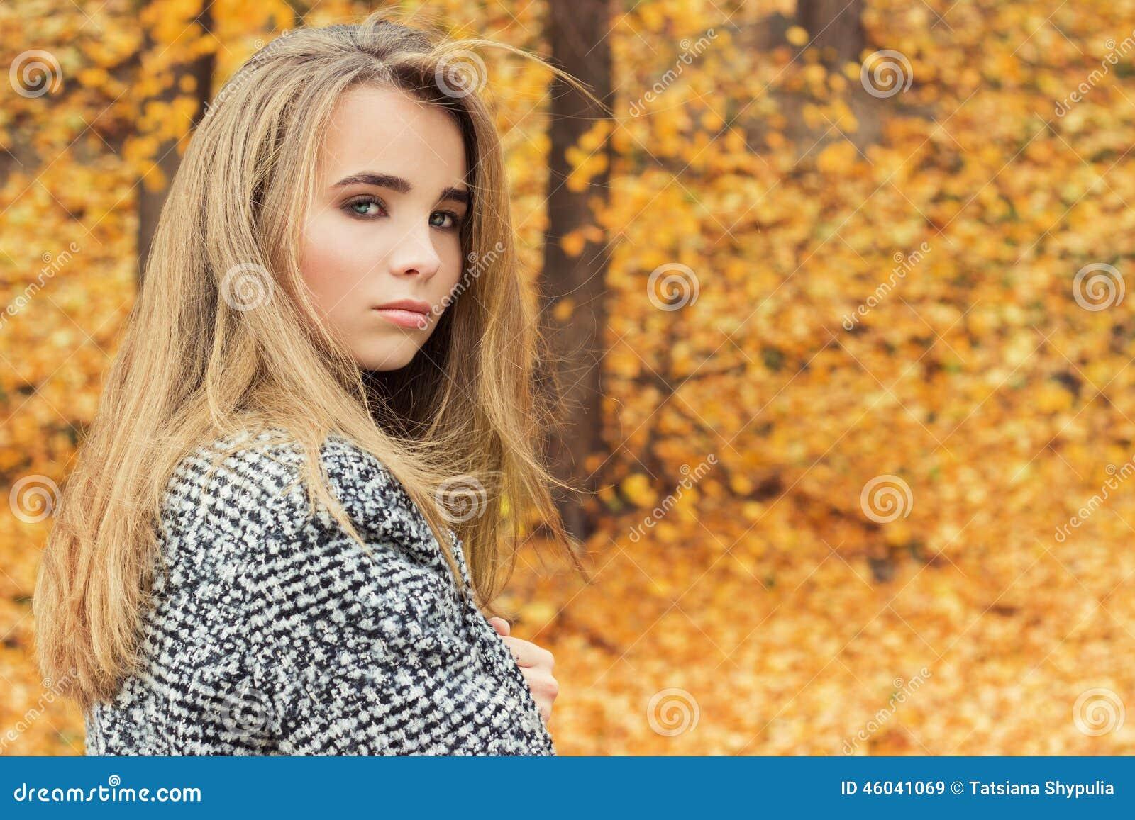 Schönes reizend junges attraktives Mädchen mit großen blauen Augen, mit dem  langen dunklen Haar im aa90dbb707