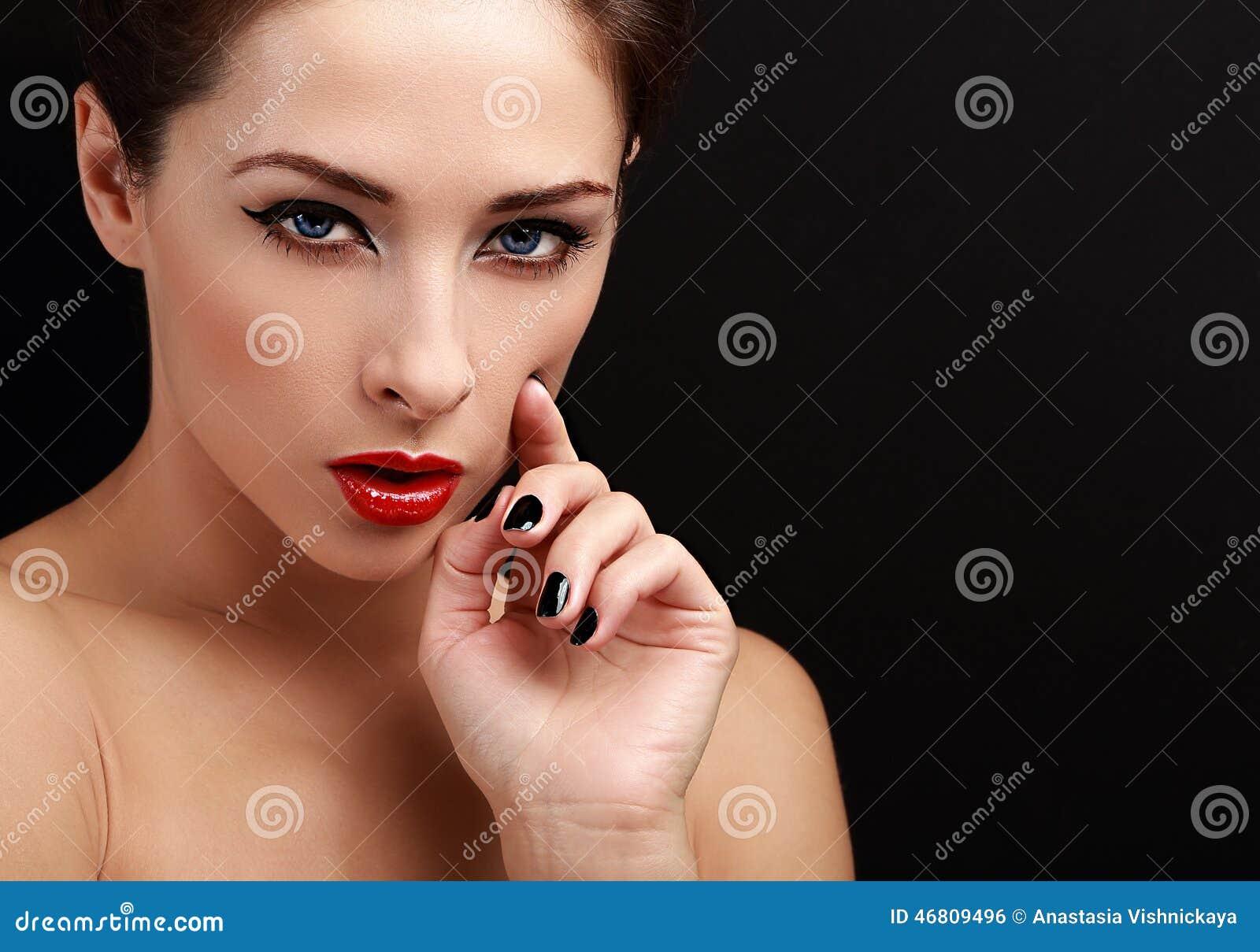 Schönes Reizvolles Frauenportrait Schwarzer Eyeliner, Roter ...