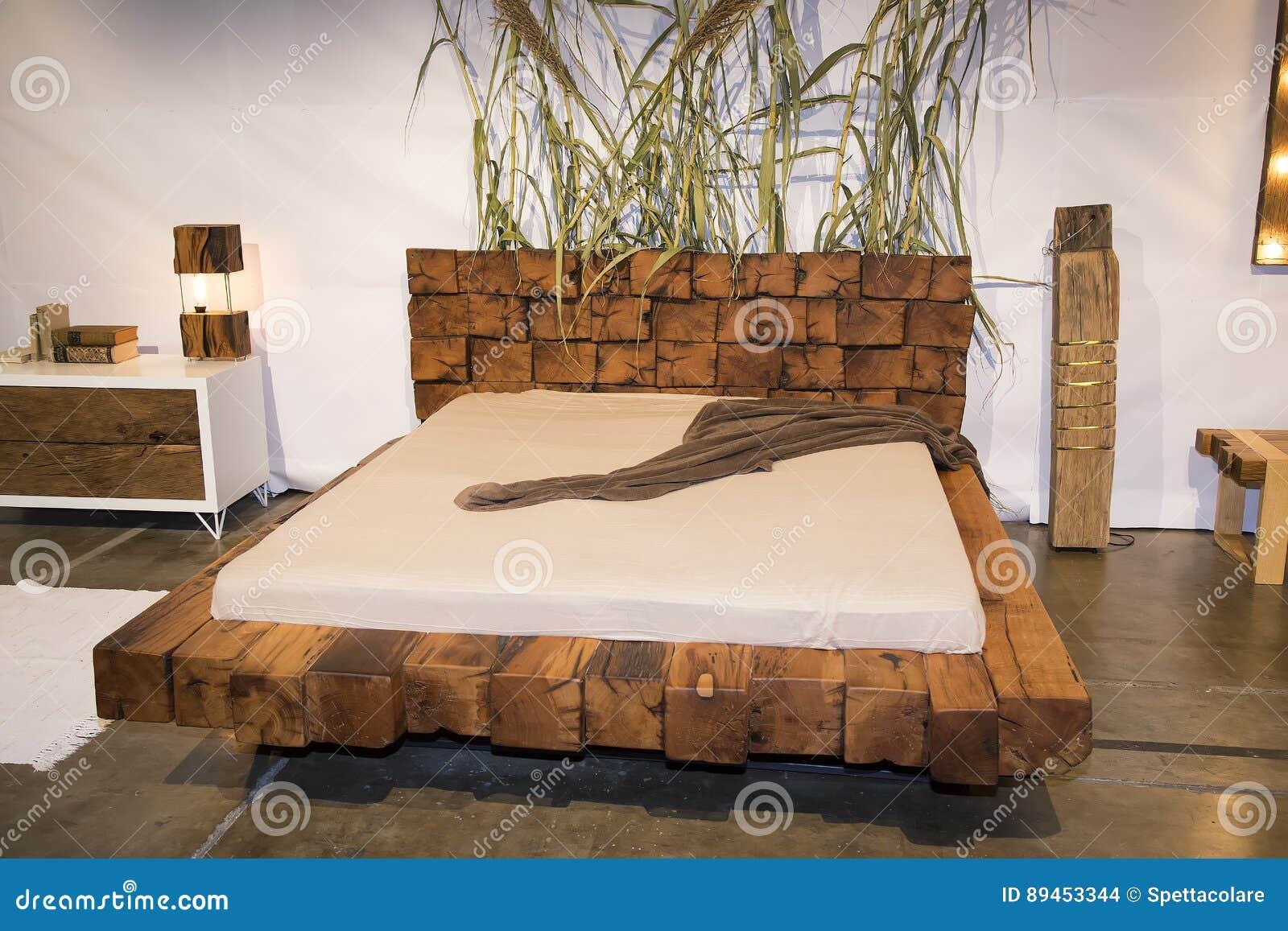 Schönes Schlafzimmer Mit Hölzernem Bett An Den Möbeln ...