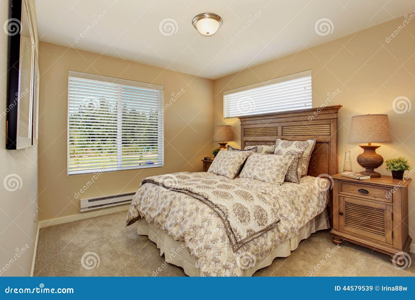 Sch nes schlafzimmer mit reiche geschnitzten h lzernen for Belles chambres a coucher