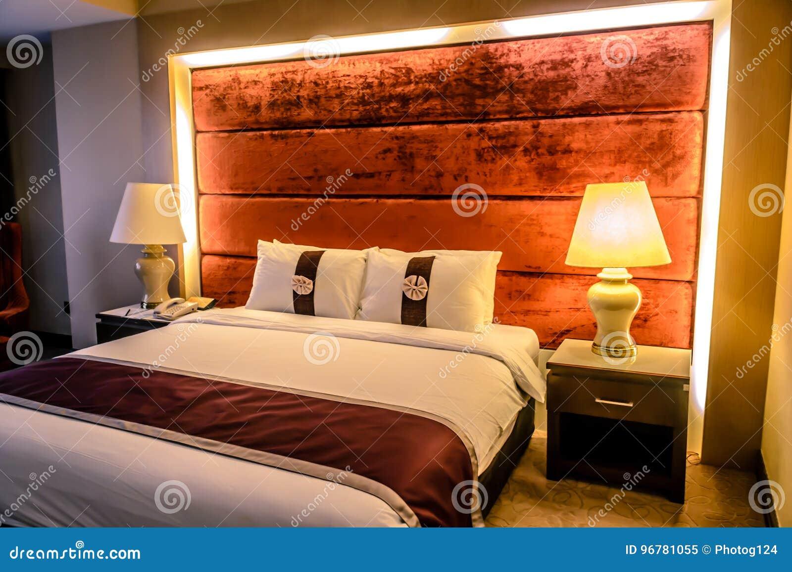 Schones Schlafzimmer Und Doppelbett Im Hotel Flach Im Kondominium Oder In Der Wohnung Stockbild Bild Von Schlafzimmer Wohnung 96781055