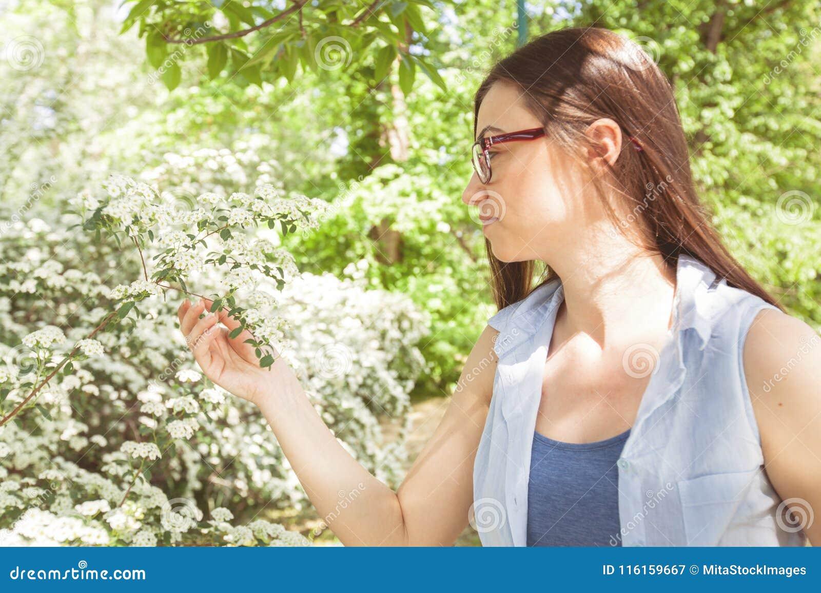 Schönes sinnliches frisches Frauen-Natur-Porträt
