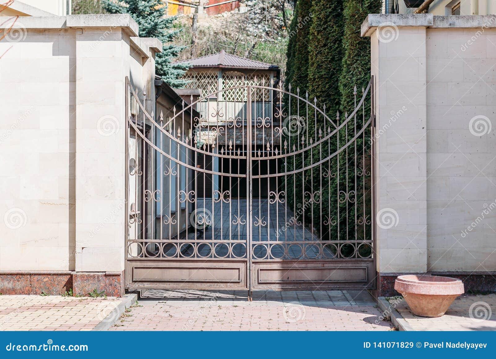 Schönes Tor zum eleganten Haus