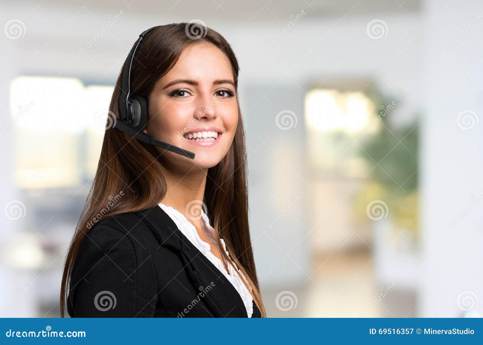 Schönes Vertreterporträt des jungen Kunden