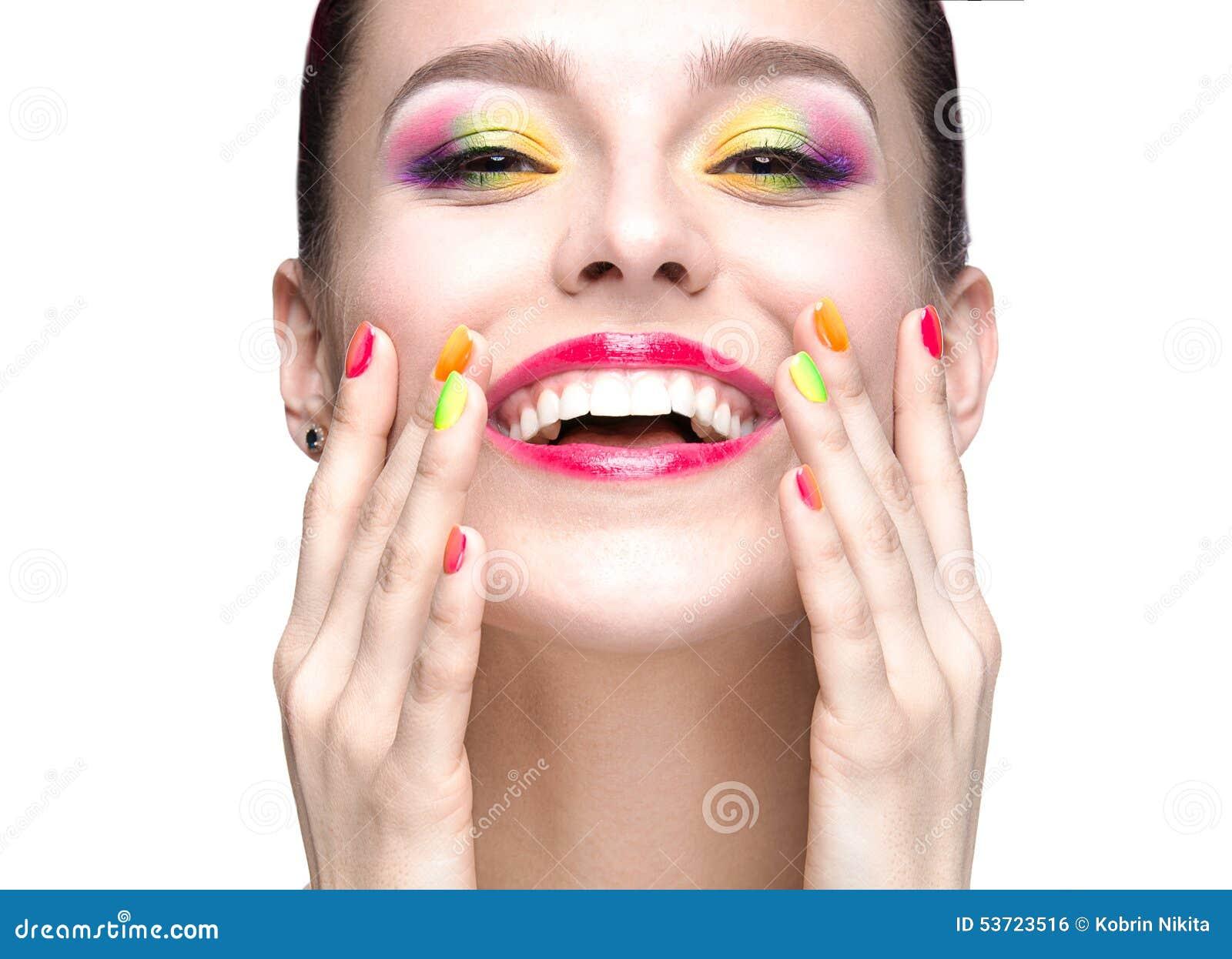 Schönes vorbildliches Mädchen mit hellem farbigem Make-up und Nagellack im Sommerbild Schönes lächelndes Mädchen Kurzschluss farb