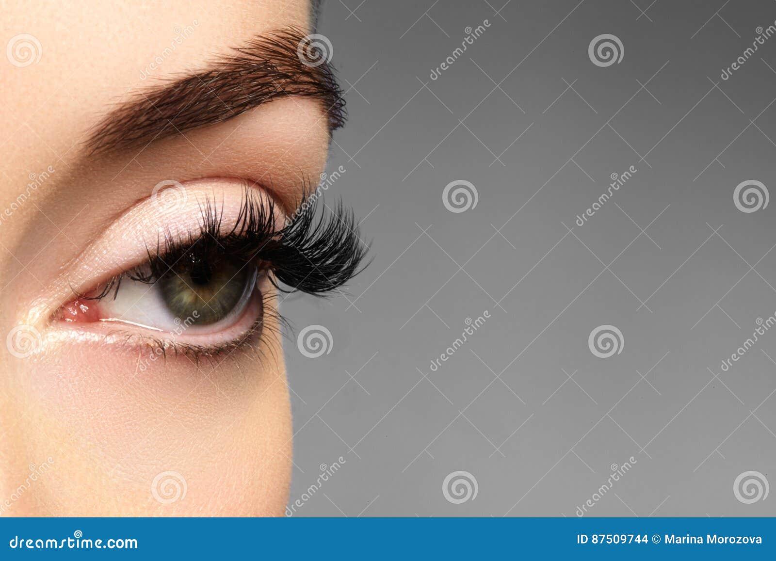 Schönes weibliches Auge mit den extremen langen Wimpern, schwarzes Zwischenlagenmake-up Perfektes Make-up, lange Peitschen Nahauf