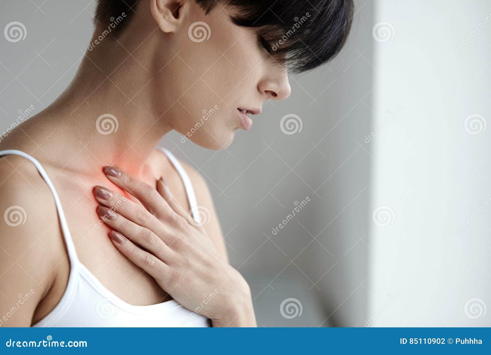 Schönes weibliches Leiden vom schmerzlichen Gefühl, Schmerz im Kasten
