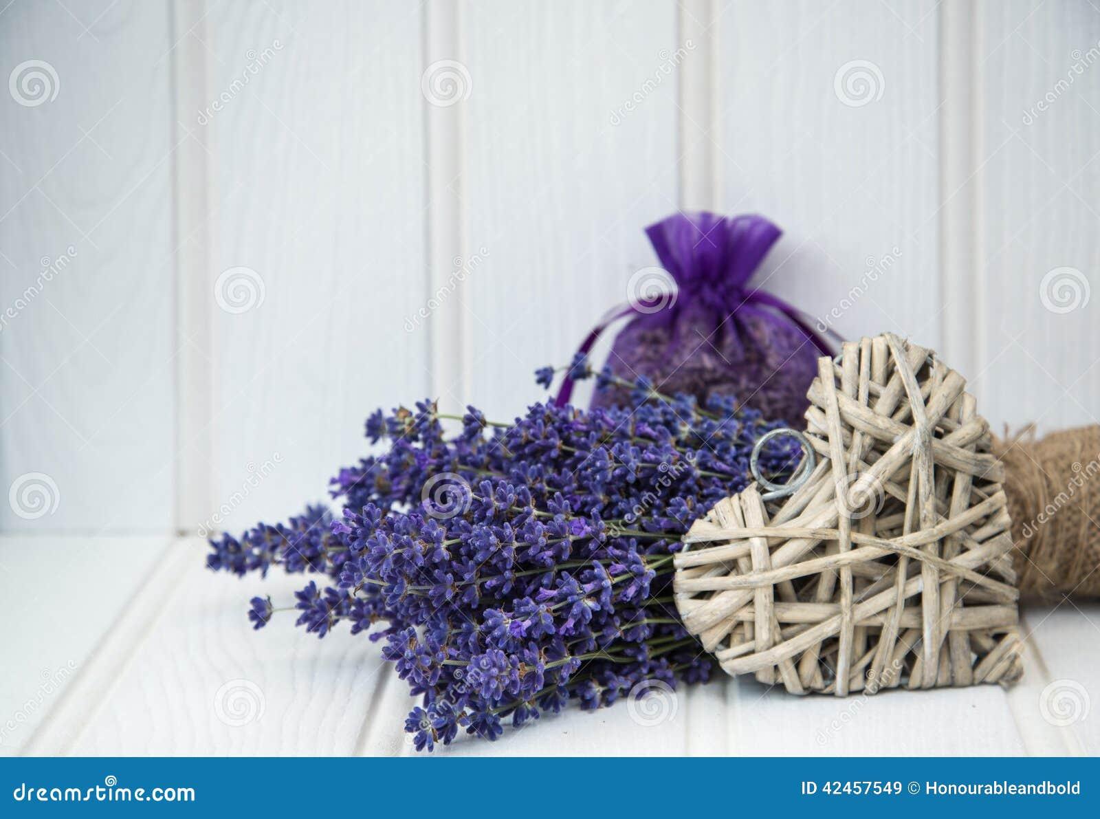 Schönes wohlriechendes Lavendelbündel in der rustikalen angeredeten Haupteinstellung
