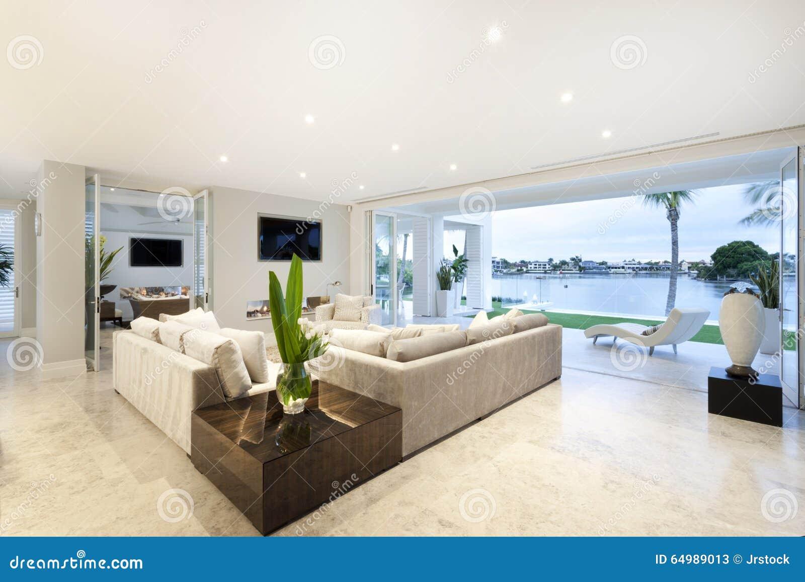 Schönes Wohnzimmer Offen Zu Einem Yard Stockbild - Bild von ...