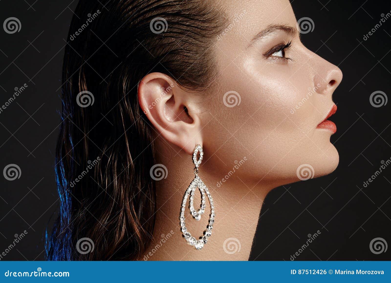 Schönheit in den Luxusmodeohrringen Glänzender Schmuck des Diamanten mit brilliants Zubehörschmuck, Modemake-up