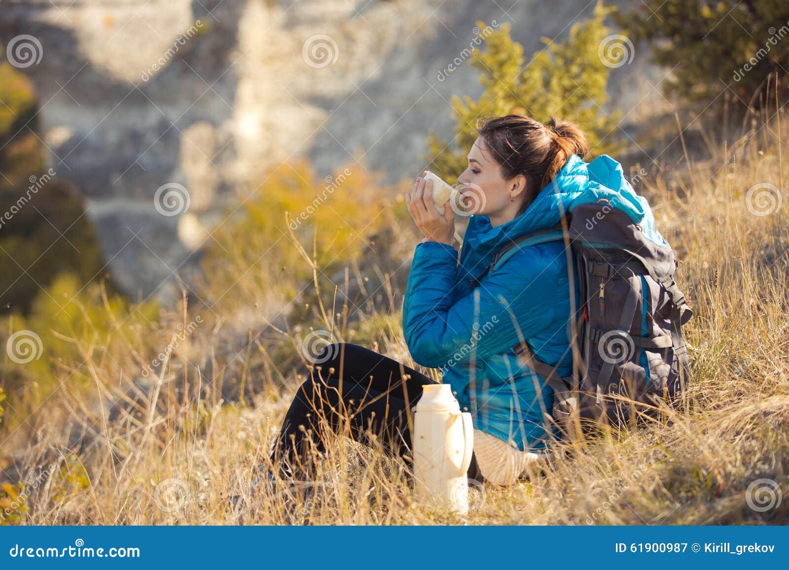 Schönheit, die in Herbstberge reist