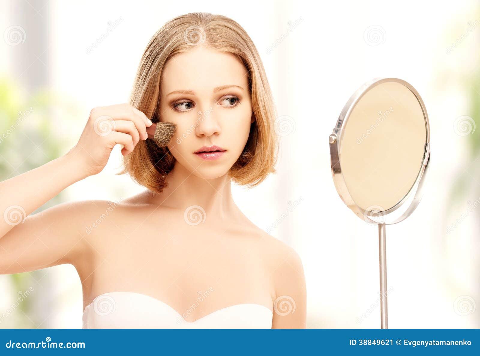 Spiegel Make Up : Schönheit die make up im spiegel tut stockbild bild von