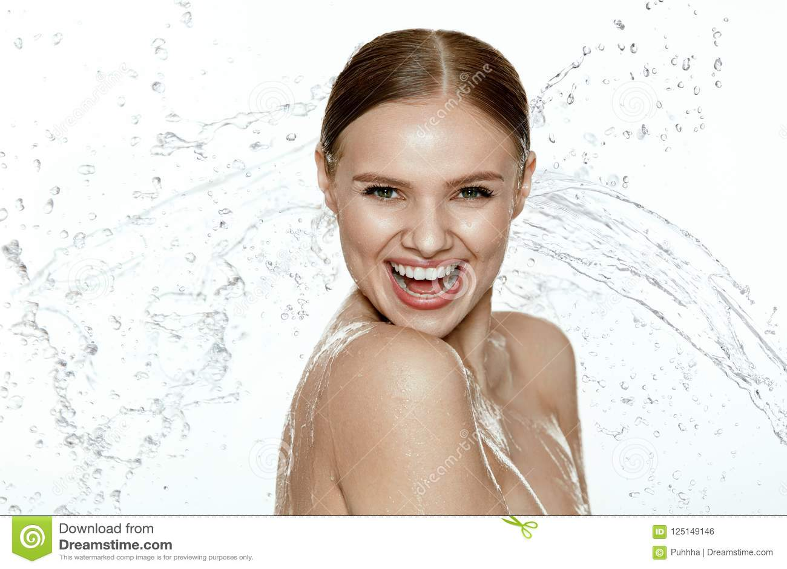 Schönheit Frau mit Wasser auf Gesicht und Körper Badekurorthautpflege