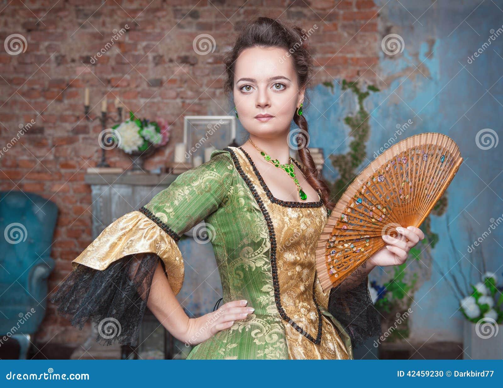 Schönheit im mittelalterlichen Kleid mit Fan