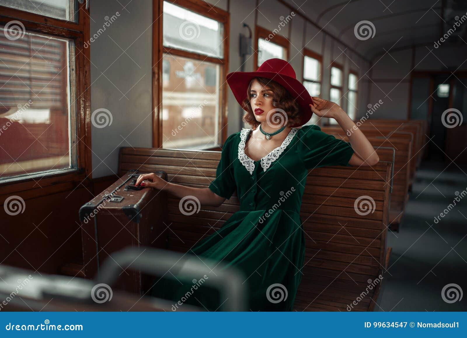 Schönheit im Retro- Zug, alter Lastwageninnenraum