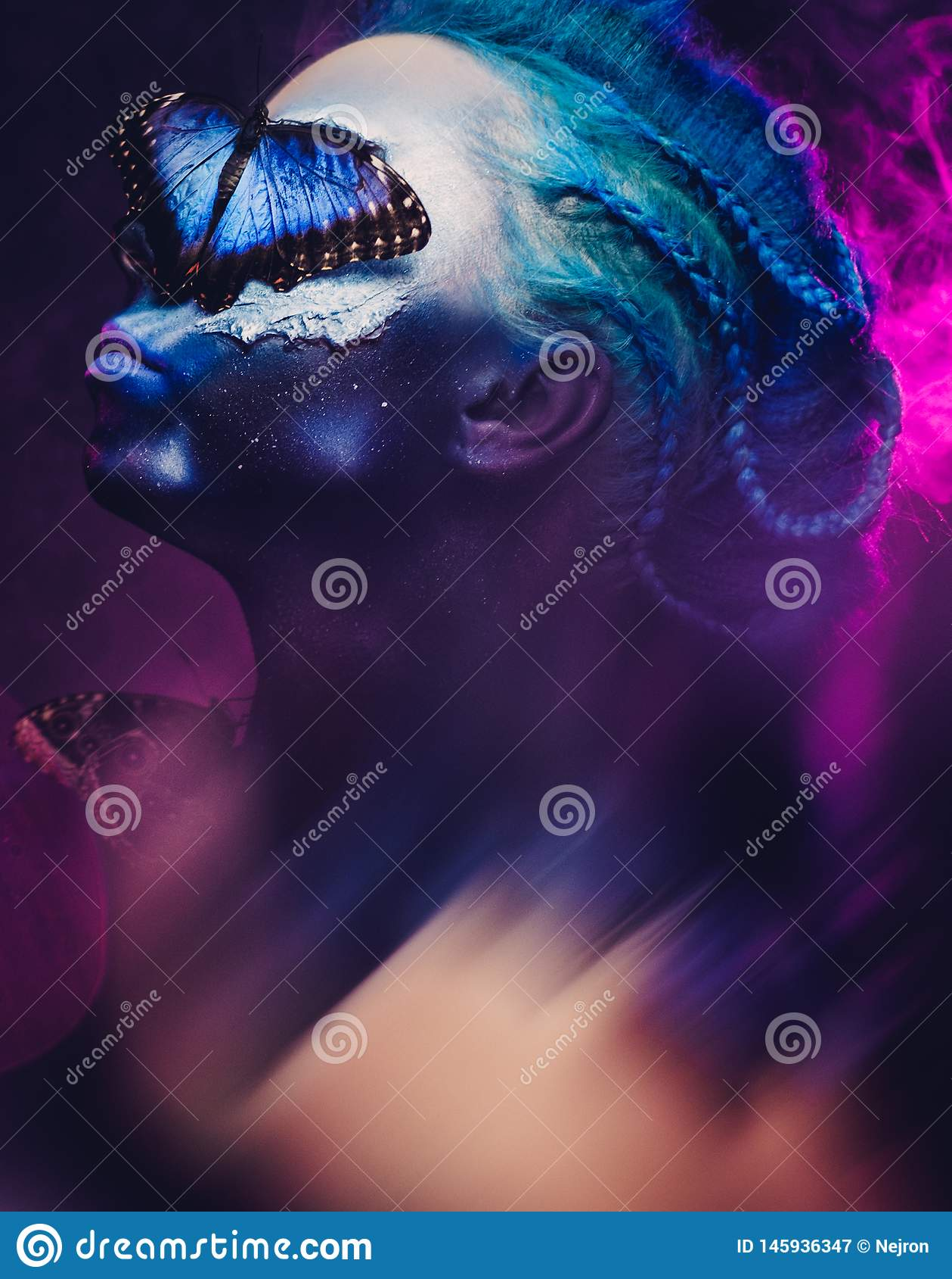 Schönheit mit dem blauem Haar und Schmetterling