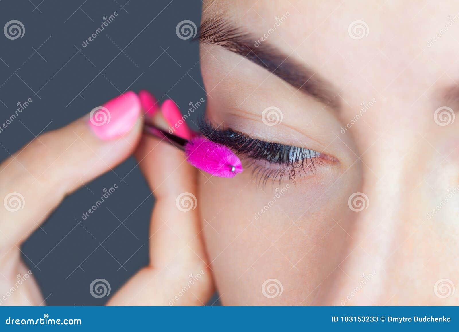 Schönheit mit den langen Wimpern in einem Schönheitssalon