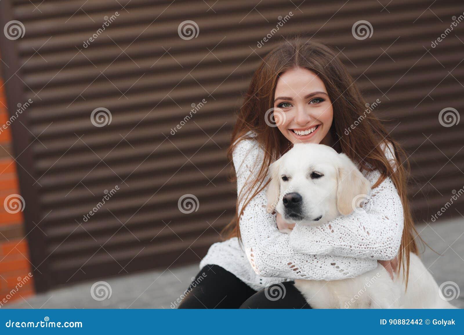 Schönheit mit geliebtem Hund draußen