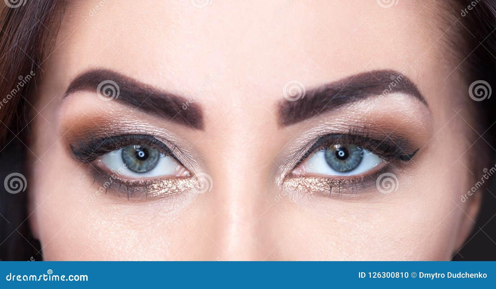 Schönheit mit langen Peitschen und schönem Make-up in einem Schönheitssalon