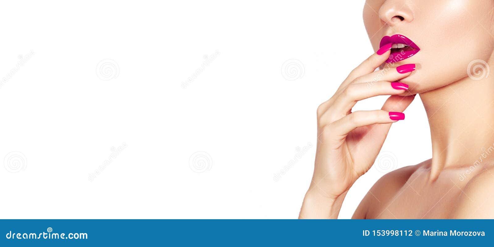 Schönheit mit Mode-roten Nägeln maniküren und helle Make-uplippen Mode-Nagellack mit Gel-Lack, Glanz-Lippe