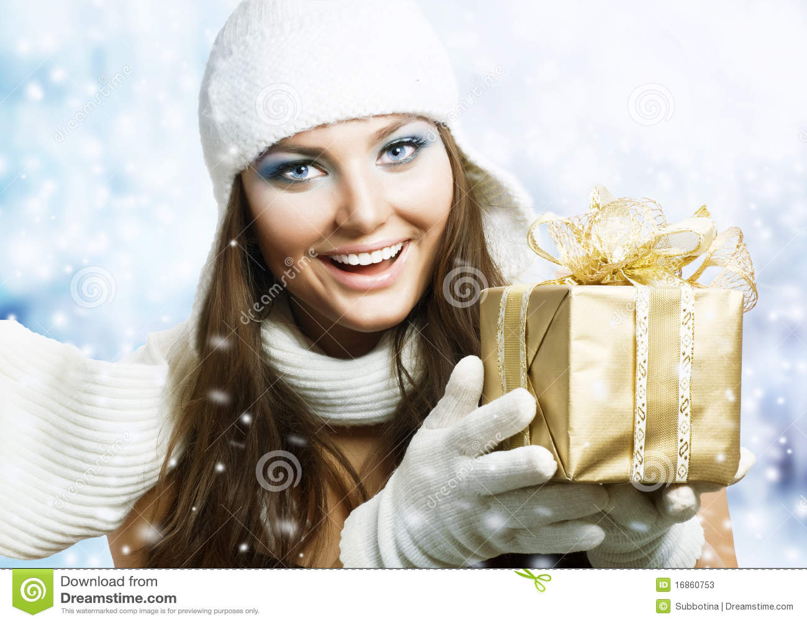 Schönheit mit Weihnachtsgeschenk